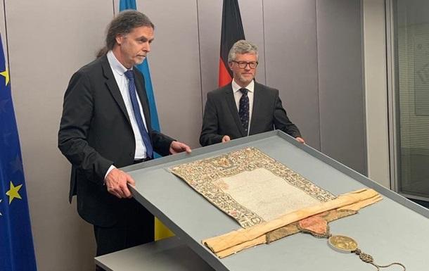 Німеччина передала Україні стародавню грамоту Петра I
