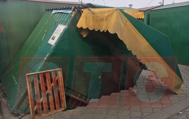 В Сумах торговый киоск провалился под землю