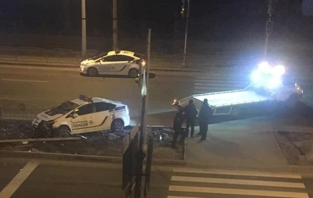 У Харкові поліцейське авто знесло світлофор