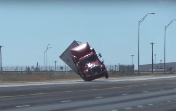В США мощный ветер опрокинул грузовик