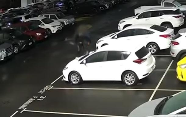В Австралії підлітки розбили майже 40 нових авто