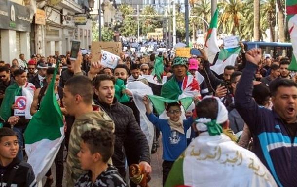 Беспорядки в Алжире и бюджет США: итоги недели