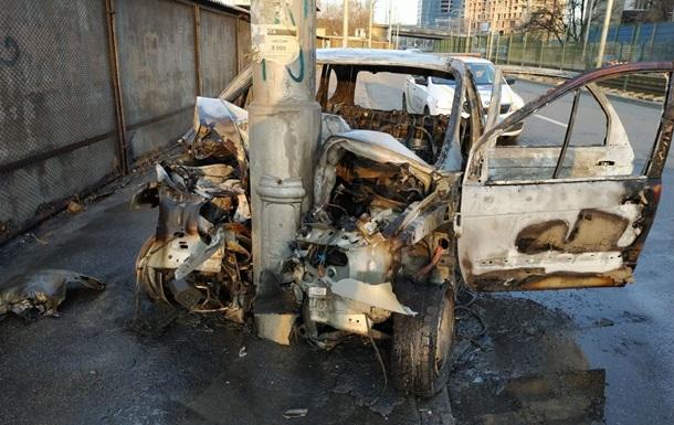 В Киеве автомобиль врезался в столб и сгорел