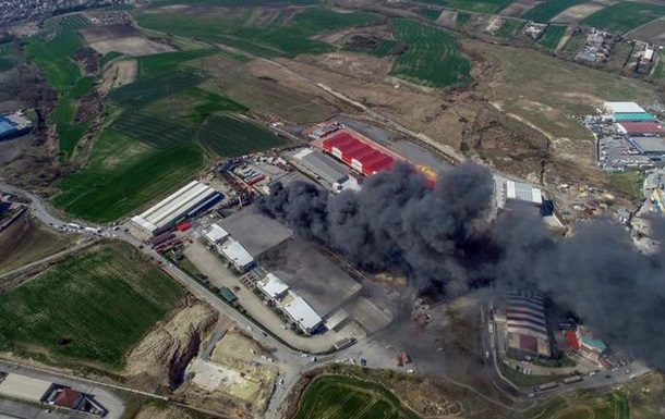 В Стамбуле произошли взрывы и пожар на химзаводе