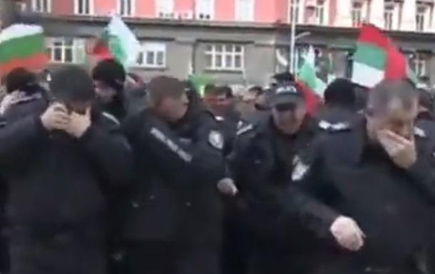 В Софии силовики обрызгали себя слезоточивым газом