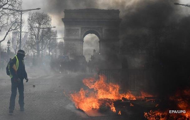 Жовті жилети розгромили Париж. Чим погрожує Макрон