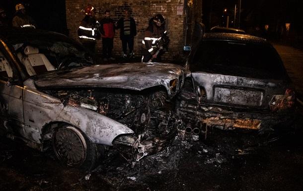 У Києві у дворі будинку горіли два авто