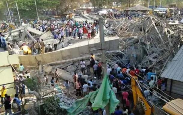 В Індії завалилася будівля: під завалами до сотні людей