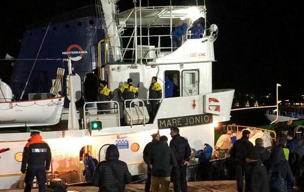 Влада Італії взяла під контроль судно з мігрантами