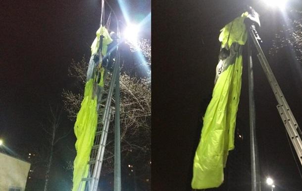 У Києві екстремал стрибнув з 30 поверху і завис на стовпі