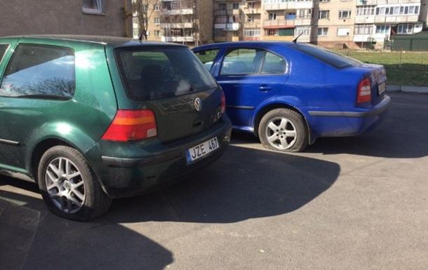 Житель Берегова пошкодив ножем 14 авто і поранив сусіда