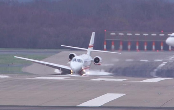 Во время экстренной посадки самолет  утонул в асфальте