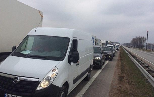 Дорожники перекрили трасу Київ - Чоп через борги із зарплати