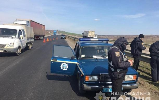 На трасі Київ-Одеса вантажівка збила на смерть комунальника