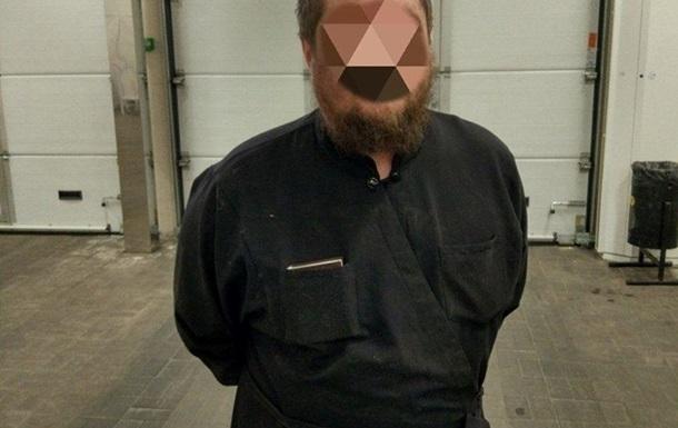У Києві чоловік в рясі  під кайфом  влаштував погром у лікарні