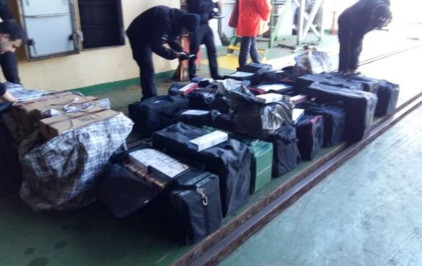 Контрабандисти намагалися провезти на теплоході 20 тисяч пачок сигарет