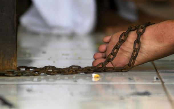 В Сумской области мужчина держал на цепи 30-летнего сына