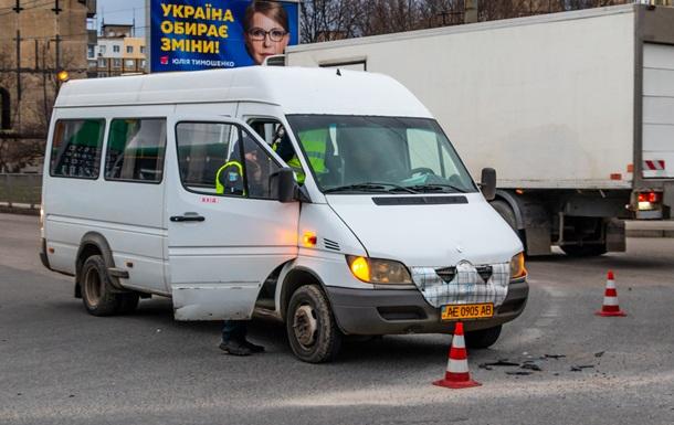 В Днепре столкнулись маршрутка с пассажирами и автомобиль
