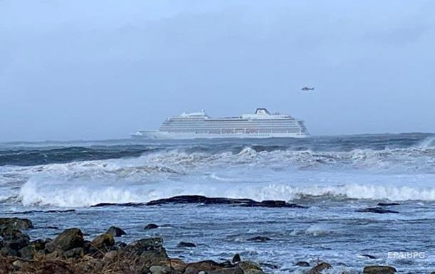 На попавшем в шторм у Норвегии лайнере отремонтировали три двигателя