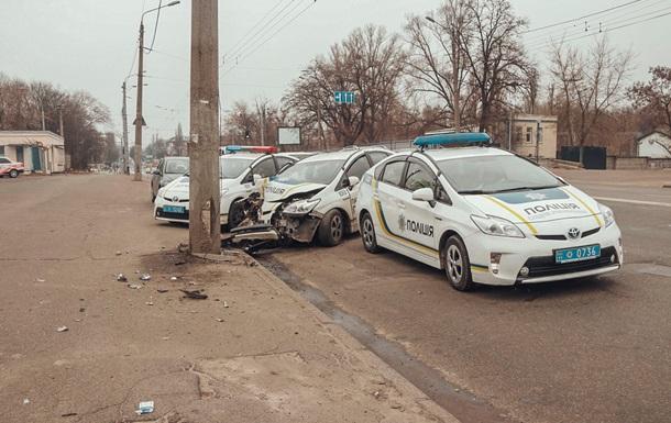 В Киеве полицейский уснул за рулем и врезался в столб