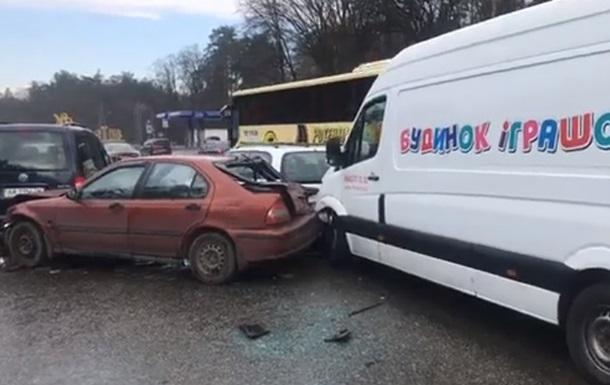 Масштабное ДТП под Киевом: столкнулись девять машин