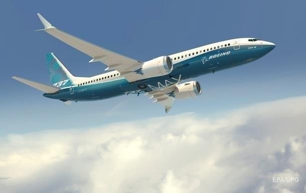 Самолет Boeing 737 MAX совершил экстренную посадку