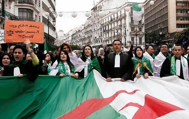 Політична криза в Алжирі: керівник армії підтримав народні протести