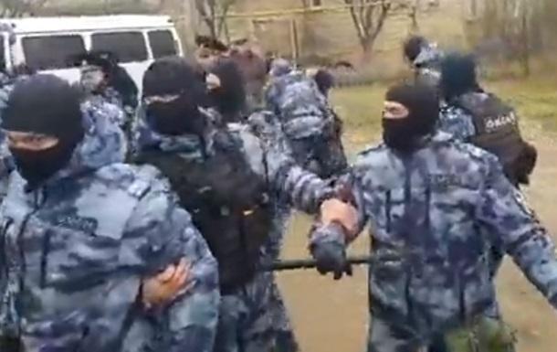Силовики подрались с жителями Каменки в Крыму