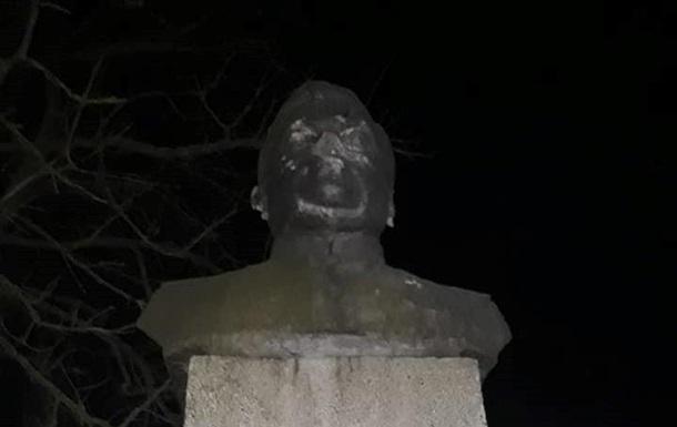 У Чернігівській області націоналісти пошкодили пам ятник Ватутіну