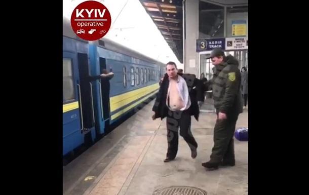 На вокзалі в Києві чоловік намагався порізати собі вени