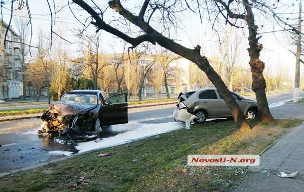 В Николаеве подростки на Toyota снесли столб и врезались в ЗАЗ