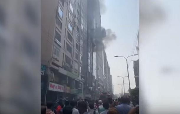 У Бангладеш палає хмарочос: люди стрибають з вікон