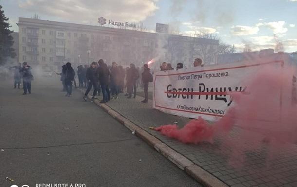 Мітингувальники облили кров ю Херсонську ОДА