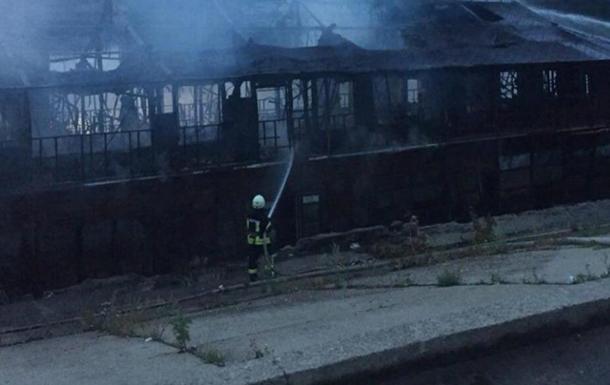 У Києві згоріла баржа