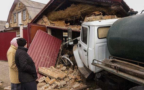 Під Києвом унаслідок ДТП вантажівка з нечистотами влетіла в гараж