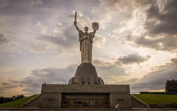 В Киеве оставят без освещения Родину-мать и Лавру