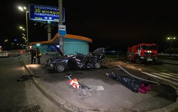 В Киеве авто влетело в электроопору, есть жертвы
