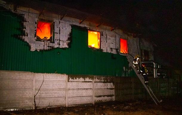 Пожежу на підприємстві під Києвом гасили всю ніч