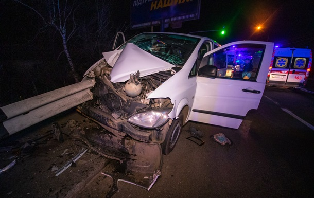 У Києві мікроавтобус з дітьми влетів у відбійник, є постраждалі