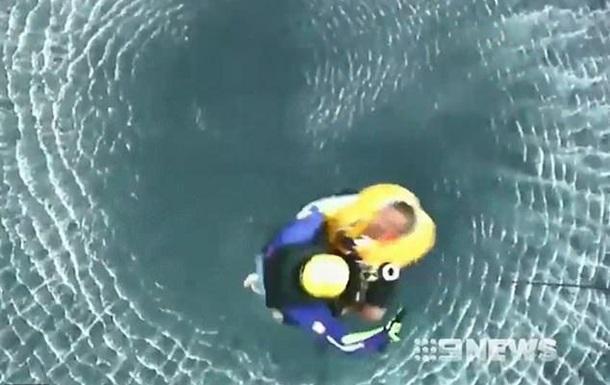 Потопаючих рибалок врятували з води, що кишіла акулами