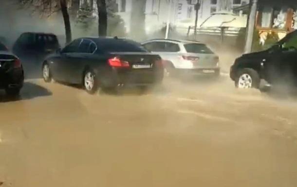 В центре Киева улицу залило кипятком