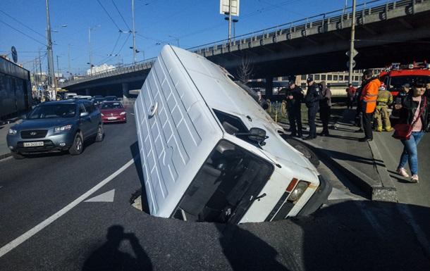 У Києві мікроавтобус  потонув  у ямі серед дороги