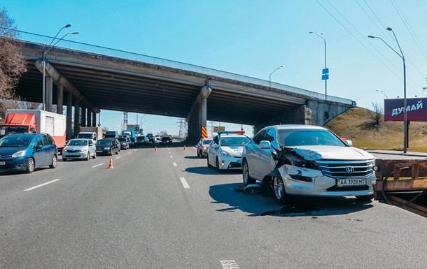 У Києві на з їзді з мосту зіткнулися чотири авто