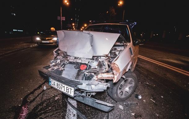 У Києві сталася подвійна ДТП за участю трьох авто