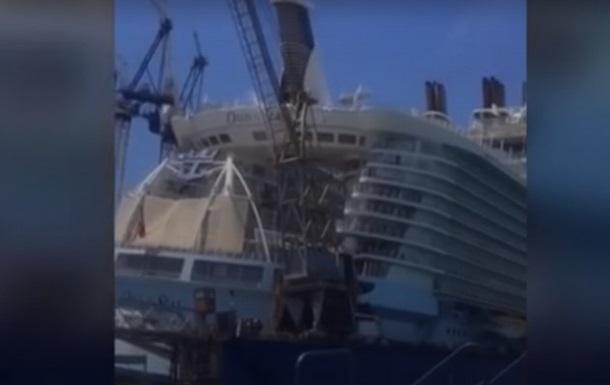 На Багамах на крупный круизный лайнер упал подъемный кран