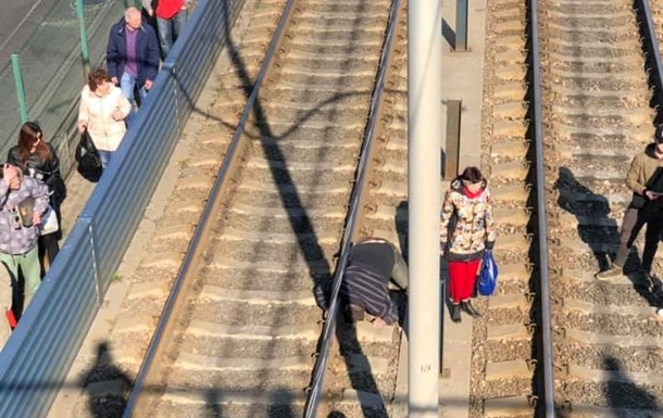 В Киеве мужчина спрыгнул с моста под трамвай