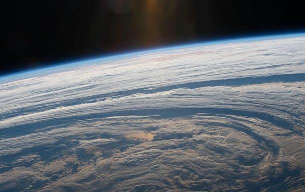 Астронавт снял гигантские облачные круги над Землей