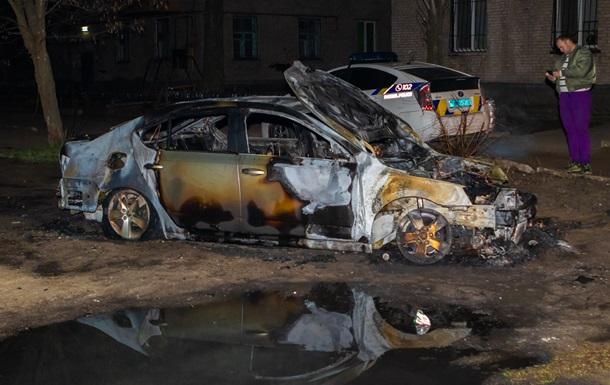 У Дніпрі у дворі будинку згорів автомобіль