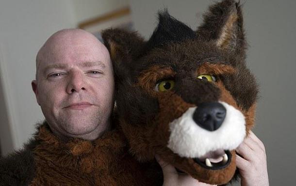 Британец носит костюм собаки, считая себя псом