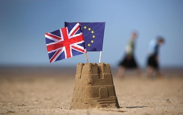 Британцям почали видавати паспорти без слів ЄС на обкладинці